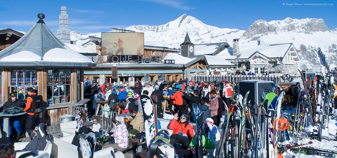 Disco bar filled with partying skiers