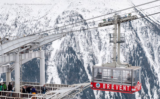 Overview of Brevent cable-car arriving at Plan Praz