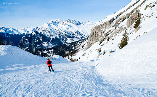 Skier descending piste to Oz-en_oisans