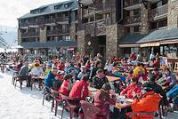 Diners on terrace, front de neige, Peyragudes