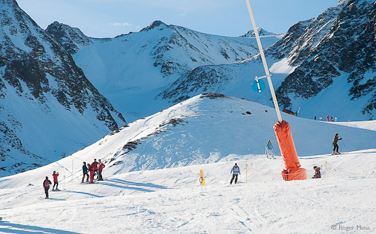 A relaxed moment at the junction of several pistes above Les Agudes.
