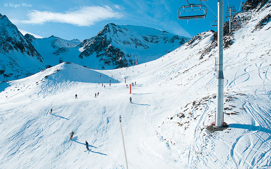 Skiers on piste, Peyragudes