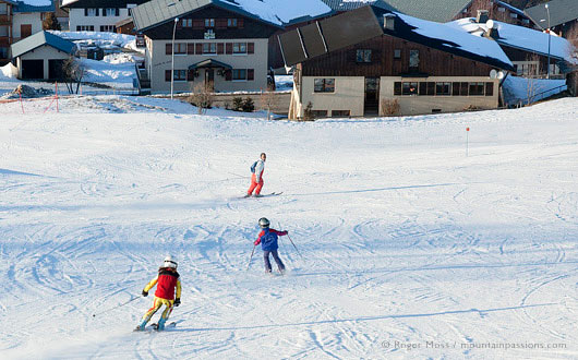 Family skiers at Crest Voland, Espace Diamant.