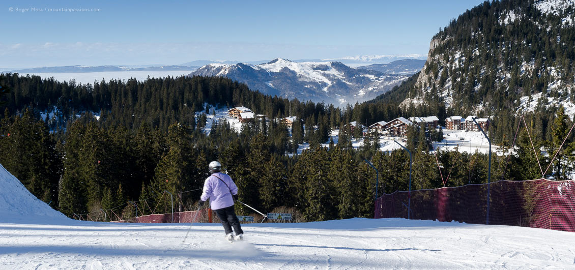 Wide view of skier on piste between Praz-de-Lys and Sommand