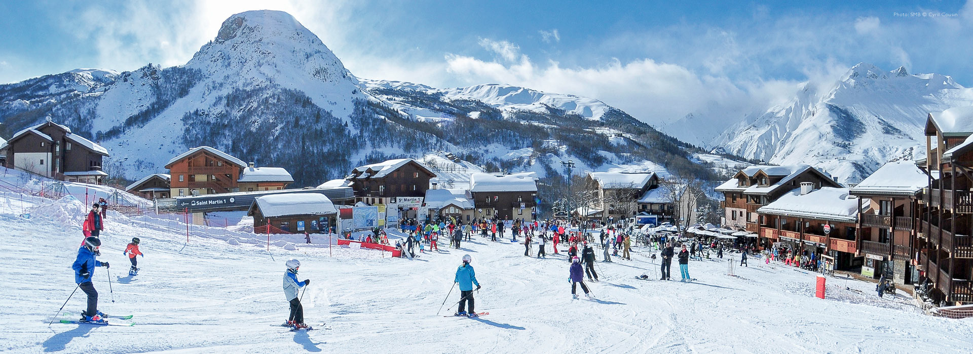 Wide view of skiers returning to ski resort of Saint-Martin de Belleville.